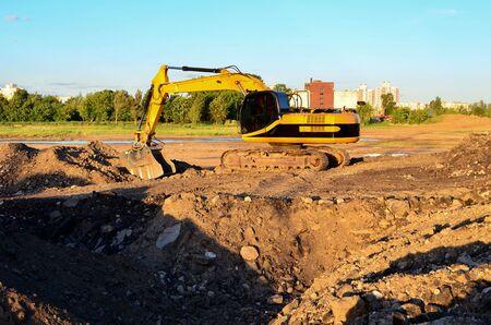 Koparka z łyżką kruszącą do kruszenia betonu. Recykling odpadów budowlanych dla mieszanki budowlanej. Łyżka przesiewająco-mieląca do rozdzielania betonu na frakcje wyższej jakości.