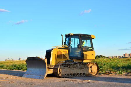 Raupen-Bulldozer, Erdbewegungsgeräte. Räumung, Planierung, Poolaushub, Grabenaushub, Nutzgraben und Fundamentgraben bei großen Bauarbeiten