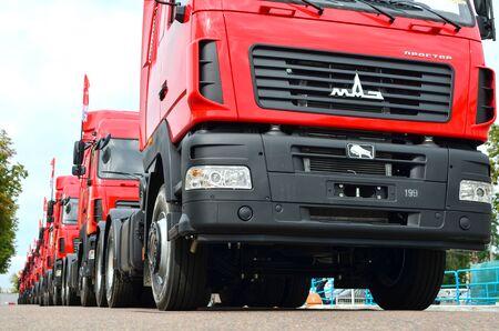 MINSK, BELARUS - 09 AOT 2019 : Une colonne de nouveaux camions MAZ fabriqués par l'usine automobile de Minsk (MAZ)