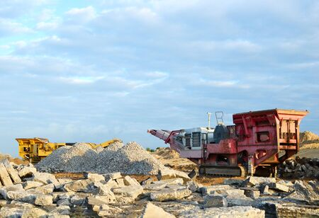 Concasseur de pierres mobile près du chantier de construction ou de la carrière minière pour le broyage de vieilles dalles de béton en gravier et la production de ciment ultérieure Banque d'images