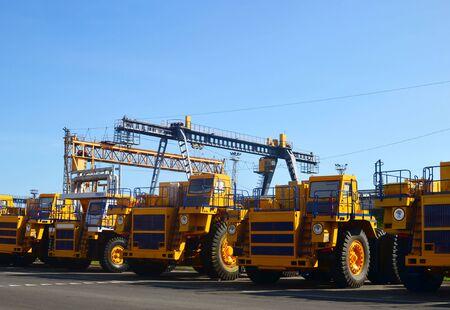 Schwerlast-LKW-Lager im Autowerk. Riesige Bergbau-Muldenkipper, die von der Schwerfahrzeugfabrik hergestellt werden. Schwere Steinbruchausrüstung. Kohlebergbau, Granit, Kies, Sand.