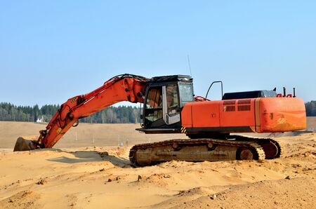 Excavator on the top of an open industrial sand pit where mining operations are carried out 版權商用圖片