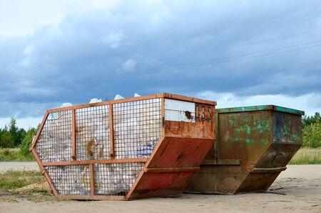 Omitir el vertido de residuos de renovación. Tanques metálicos y capacidades para almacenamiento y transporte de basura. Basureros y contenedores metálicos para RSU. Foto de archivo