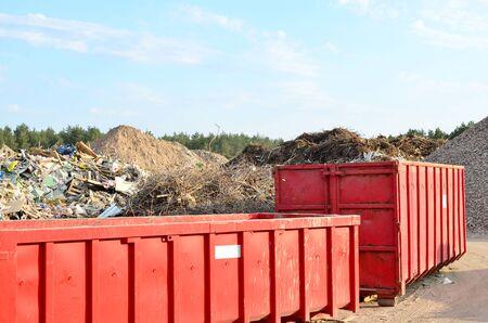 Omitir el vertido de residuos de renovación. Tanques metálicos y capacidades para almacenamiento y transporte de basura. Basureros y contenedores metálicos para RSU.