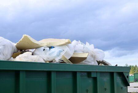 Passer pour jeter les déchets de rénovation. Réservoirs métalliques et capacités pour le stockage et le transport des ordures. Poubelles et conteneurs métalliques pour MSW.