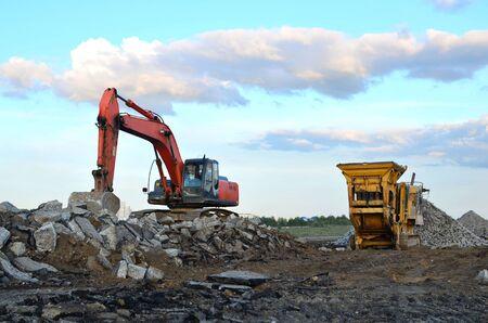 Concasseur de pierres mobile près du chantier de construction ou de la carrière minière pour le broyage de vieilles dalles de béton en gravier et la production de ciment ultérieure
