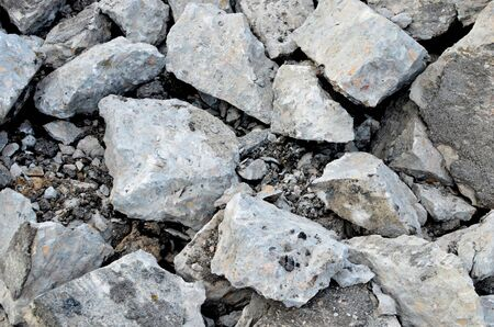 Broken pieces of asphalt at a construction site. Recycling and reuse crushed concrete rubble, asphalt, building material, blocks. Crushed �oncrete Background. Road repair, replacement of old pavement Banque d'images - 140989452