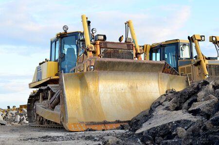 Bulldozer à chenilles, engins de terrassement. Défrichage, nivellement, excavation de piscine, tranchées utilitaires, tranchées utilitaires et creusement de fondations lors de gros travaux de construction.