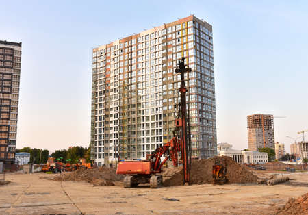 Vibrating hydraulic hammer. Hydraulically driven free-fall hammer for impact driving of steel pipes, beams, sheet piles well, precast concrete and timber piles. Piling methods for deep foundation Stock Photo