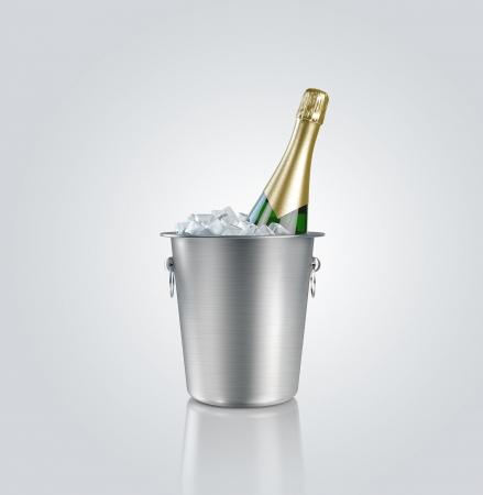 bouteille champagne: bouteille de champagne dans un seau avec de la glace Banque d'images