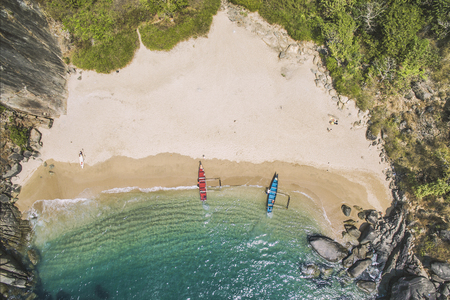 Aerial view of secret pristine Butterfly beach with rocky bay and waves crashing Banco de Imagens
