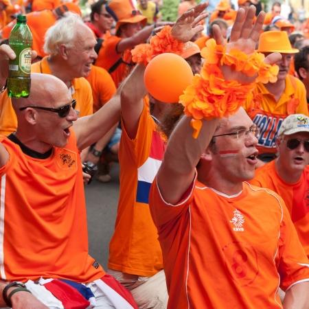 J�rkov, Ucrania - 09 DE JUNIO: Holland seguidores del equipo de f�tbol caminar en una calle de la ciudad de Kharkiv antes de la UEFA EURO 2012 partido contra Dinamarca el 9 de junio de 2012 en Kharkiv, Ucrania