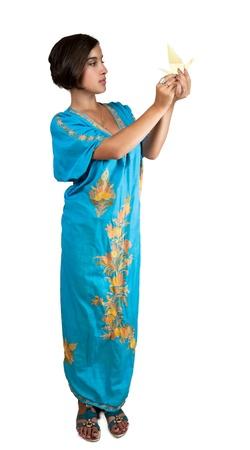 chica en traje indio azul con origami