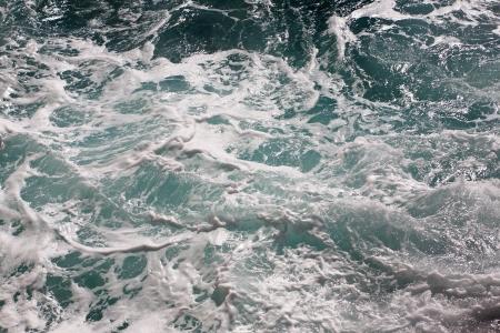 salpicaduras de agua de mar con olas y la espuma del mar