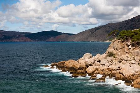 Paisaje del mar con las rocas y monta�as Foto de archivo