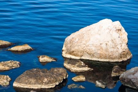 Mar olas ang piedras en la playa
