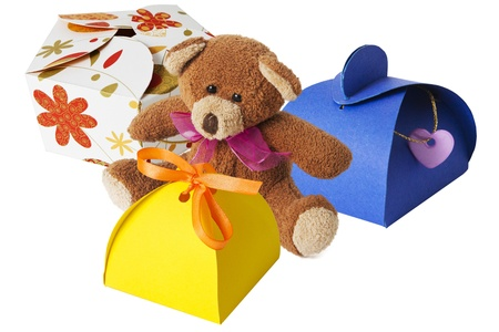 Oso de peluche con una caja de regalo de cart�n