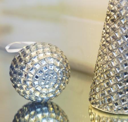 Juguete del Piel-�rbol y la esfera en la ventana de vacaciones de Navidad de fondo Foto de archivo