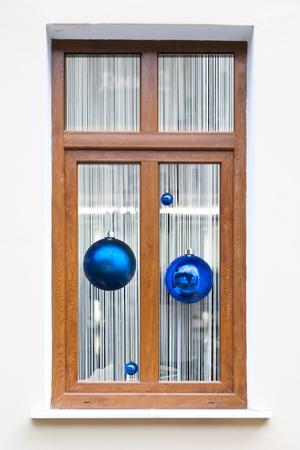 Fur-tree esferas en vacaciones ventana de fondo de Navidad