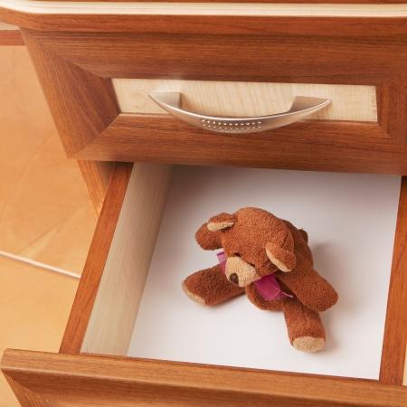 oso de peluche en caj�n abierto en una oficina moderna