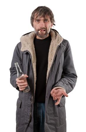 vagabundos: botella adulto hombre que sostiene aislados en blanco Foto de archivo