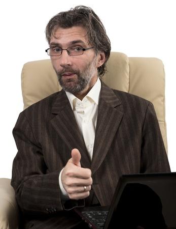 feliz hombre de negocios en traje sentado en la silla con el cuaderno blanco aislado