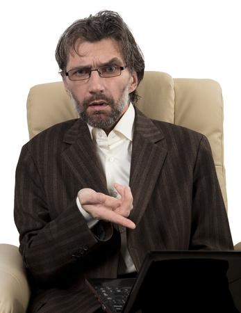 hombre de negocios enojado en traje sentado en la silla con el cuaderno blanco aislado