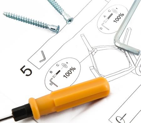furniture hardware: herramientas y el hardware de metal con hoja de instrucciones de montaje de muebles