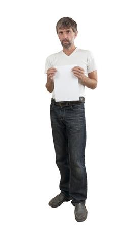 hombres maduros muestra la hoja de papel en blanco