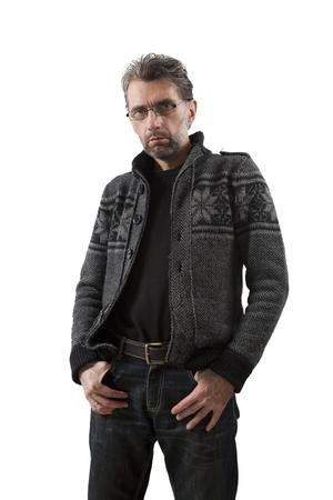 hombre adulto de la mano en los bolsillos aislados en blanco