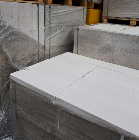 blanco Bloques de hormig�n celular sobre palet de madera Foto de archivo