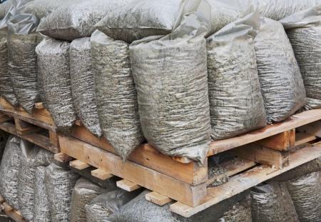 piedras de construcci�n sobre palet de madera en almac�n