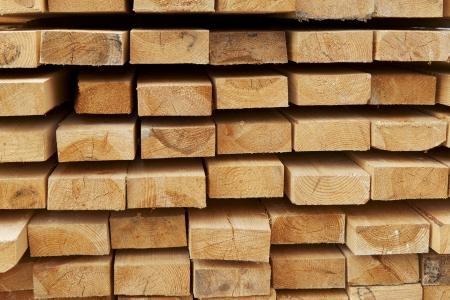 pila di assi di pino sulla costruzione di magazzino materie