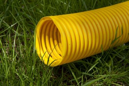 kunststoff rohr: gelb Kunststoff-Rohr auf dem gr�nen Rasen