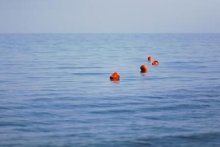 boyas rojas flotando en el mar Foto de archivo