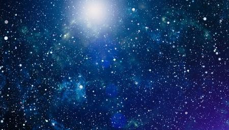 Panoramisch uitzicht op de diepe ruimte. Donkere nachthemel vol met sterren. De nevel in de ruimte.