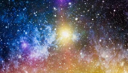 Vue panoramique dans l'espace profond. Ciel nocturne sombre plein d'étoiles. La nébuleuse dans l'espace.