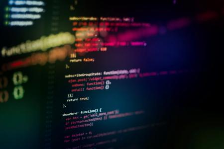 Codice HTML del sito Web sulla foto del primo piano del display del laptop. Foto del monitor del PC desktop. Archivio Fotografico