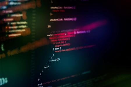 Ejecución de datos informáticos / programación WWW. Codificación del texto del guión en la pantalla. Foto de portarretrato de cuaderno. Foto de archivo