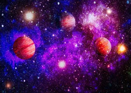 Champ d'étoiles et nébuleuse dans l'espace lointain à plusieurs années-lumière de la planète Terre.