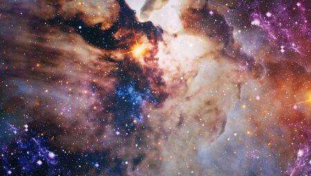 Fondo espacial con nebulosa roja y estrellas. Foto de archivo