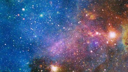 Ciel étoilé de nuit de nébuleuse aux couleurs de l'arc-en-ciel. L'espace extra-atmosphérique multicolore.
