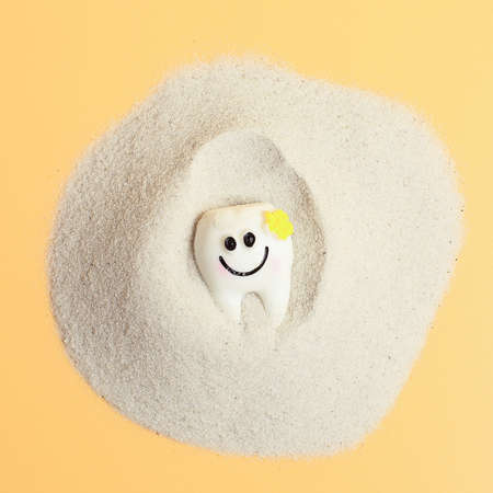 Smile of a tooth in the sand, healthcare, love, family dentist, world day of teeth, world day of health, wellbeing, 版權商用圖片