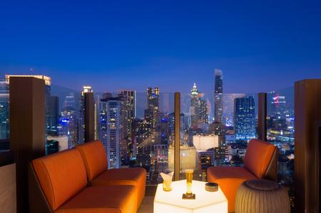 バンコク市内のビュー ポイントは、青い空と街の光、バンコクのダウンタウン バンコク市内で建物の屋上からは、東南アジアで最も人口の多い都市