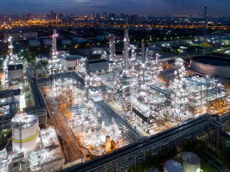 Vogelperspektive der Dämmerung der Erdölraffinerie, Schuss vom Brummen der Erdölraffinerie und des petrochemischen Werks in der Dämmerung, Bangkok, Thailand Standard-Bild - 94288448