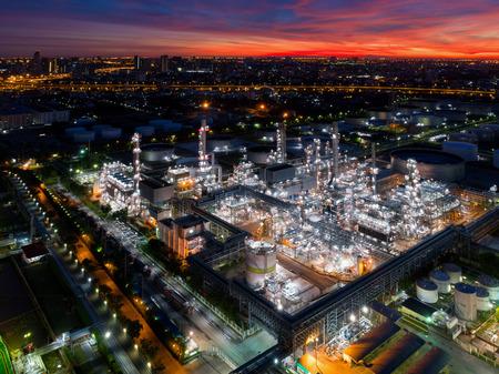 Vogelperspektive der Dämmerung der Erdölraffinerie, Schuss vom Brummen der Erdölraffinerie und des petrochemischen Werks in der Dämmerung, Bangkok, Thailand