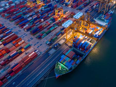 Vue aérienne du parc à conteneurs dans la congestion portuaire avec les navires sont des opérations de chargement et de déchargement du transport dans le port international.