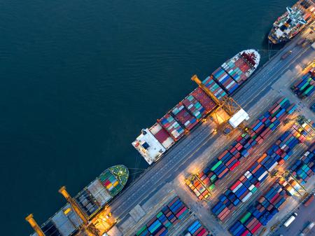 Luftaufnahme des Geschäftshafens mit Landkran-Ladecontainer im Containerschiff in Import / Export und Geschäftslogistik mit Kran und Versandfracht. Internationales Transportkonzept.
