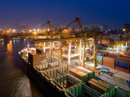 Containerlager in Hafenüberlastung mit Schiffsschiffen laden und entladen Operationen des Transports im internationalen Hafen. Schuss von Drohne. Standard-Bild