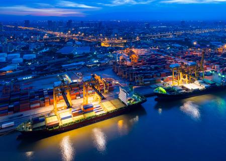 Vista aérea del patio de contenedores en la congestión del puerto con buques de carga y descarga de operaciones de transporte en el puerto internacional. Disparo de drone. Foto de archivo